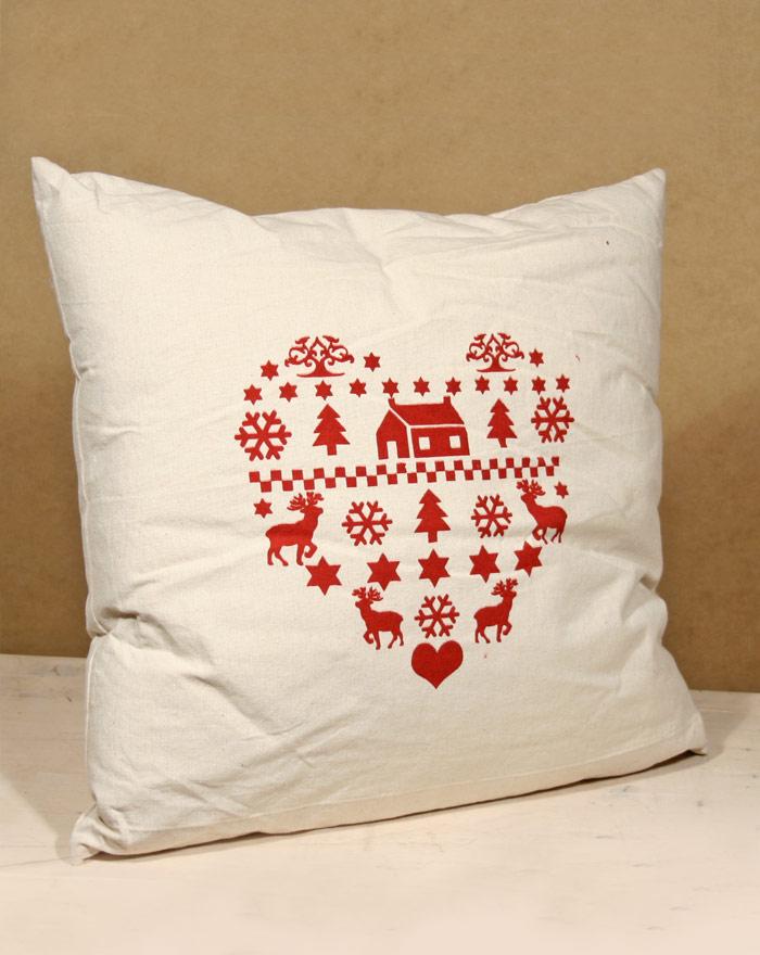 herz-kissen-mit-designerbezug-in-winterdesign-naturfarben-mit-rotem-design-50x50-cm